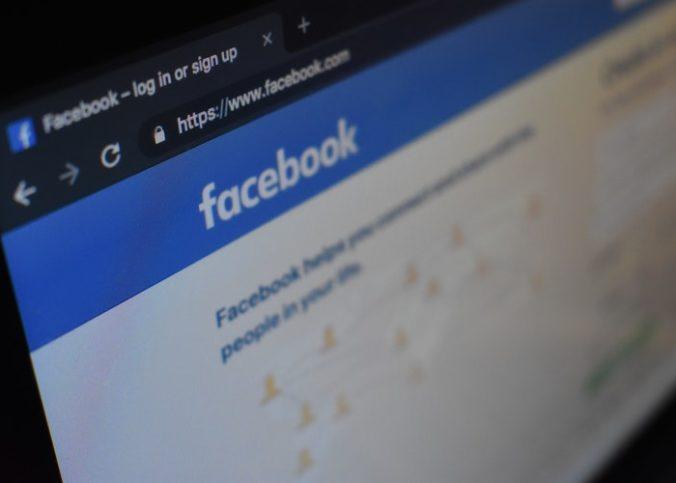 Ecran d'ordinateur avec une page Facebook