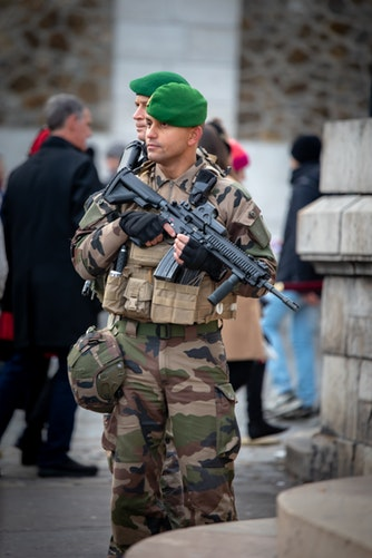 Un soldat de l'opération Sentinelle armé
