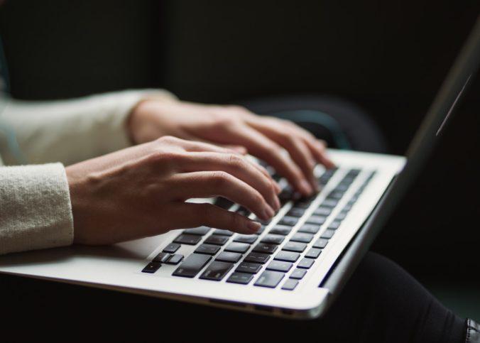 Une femme manipulant un clavier d'ordinateur