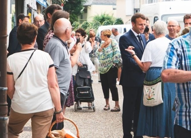 Emmanuel Macron dans les rues de Bormes-les-Mimosas