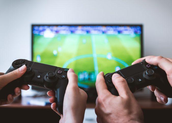 Deux personnes lors d'une partie de jeux vidéos