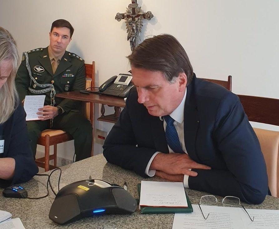Le président brésilien Jair Bolsonaro dans son bureau en compagnie de collaborateurs
