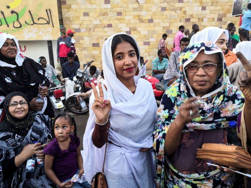 Alaa Salah lors d'une manifestation devant le QG de l'armée soudanaise