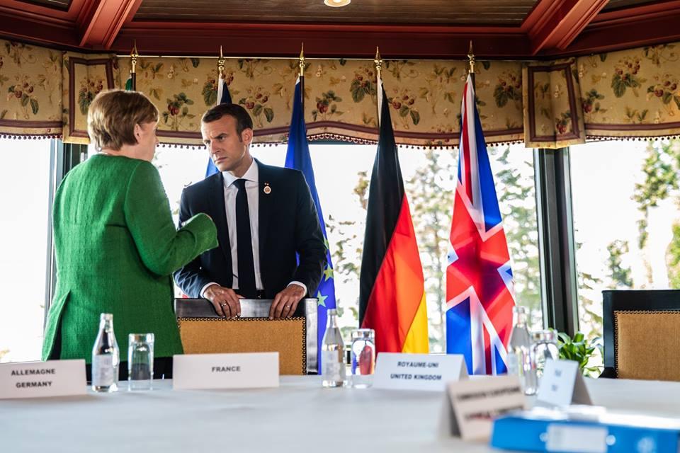 Angela Merkel et Emmanuel Macron, discutant lors d'une rencontre à Fairmont Le Manoir Richelieu