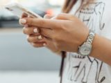 Une jeune femme manipulant son smartphone