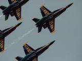 Une patrouille d'avions de l'US Navy dans le ciel.