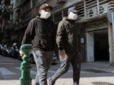 Deux jeunes gens ayant porté des masques dans une rue de Macau, région autonome de la côte sud de la Chine continentale, dans le delta de la rivière des Perles, en face de Hong Kong.