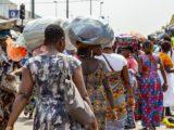 Des femmes circulant dans le Black Market d'Adjamé à Abidjan, en Côte d'Ivoire.