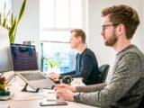 Des informaticiens néerlandais sur leurs ordinateurs dans un bureau à Groningen, Pays-Bas.