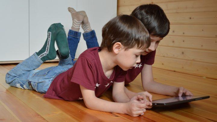 Non,  les écrans ne nuisent pas aux compétences sociales des enfants